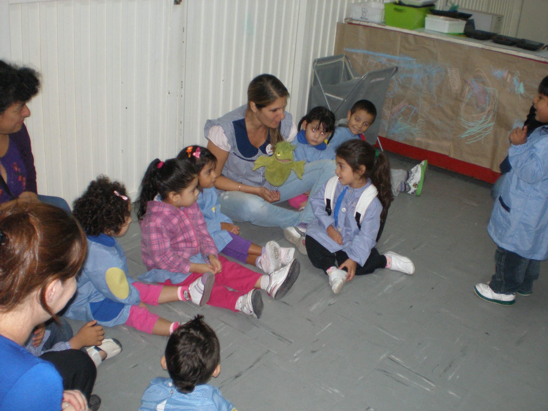 nenes con maestra en la sala